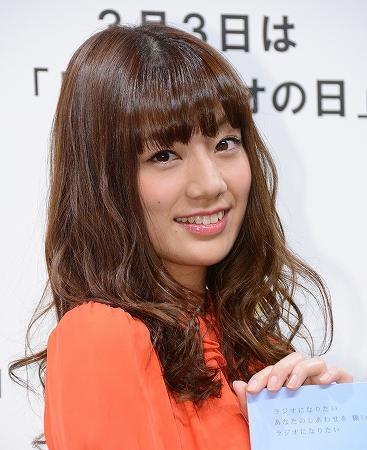 オレンジのトップスの佐藤美希