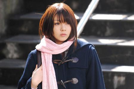 コート姿の芳賀優里亜さん