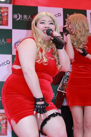 渡辺直美赤ドレス