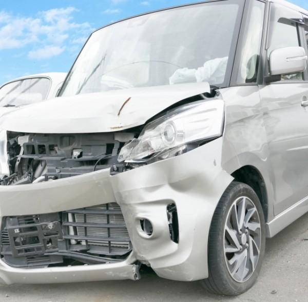 国道走行中に後部座席からサイドブレーキ、3人が怪我 46歳経営者の行動に驚愕、経験がある人も?