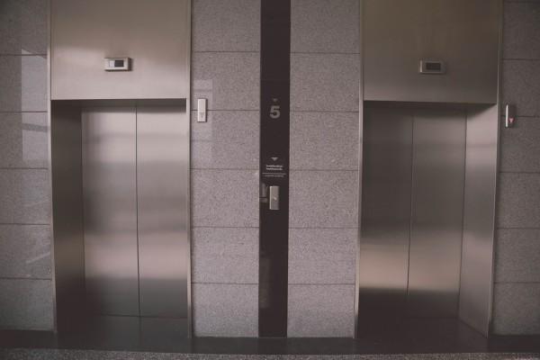 開いたエレベーターが突然落下、30歳男性が挟まれて死亡「もうエレベーターに乗らない」恐怖の声も