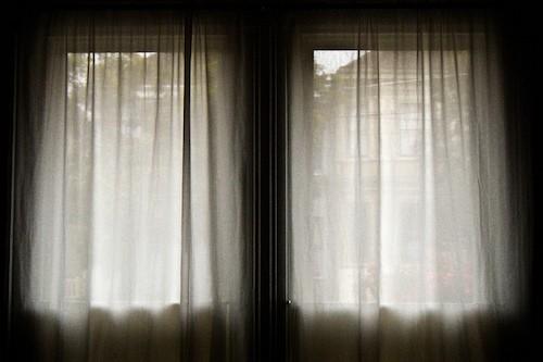 本当にあった怖い彼氏〜カーテンに潜んでいた男〜