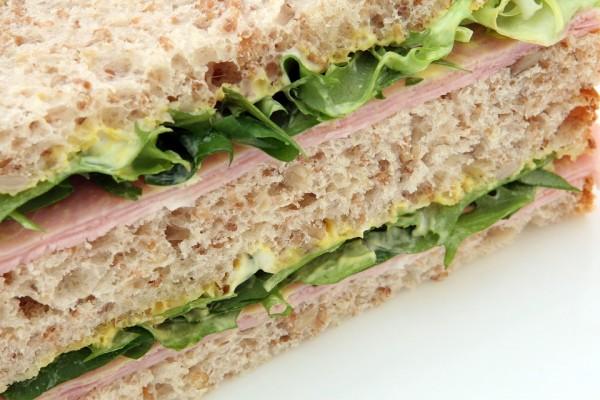 サンドイッチにありえないものを挟んでホームレスに渡した警察官 最低な行動に批判の嵐