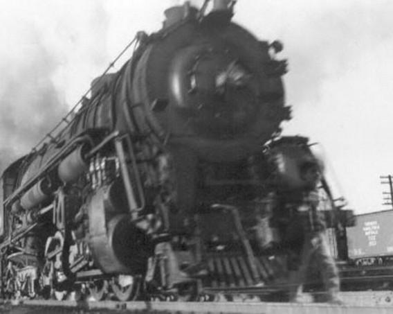危ない! 蒸気機関車の前に人間が!? 正体は事故の被害者か?