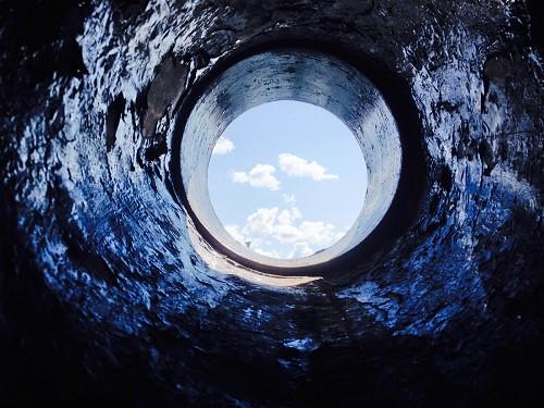 就寝中の男性が巨大な穴に落ちて行方不明に?フロリダに発生したシンクホール