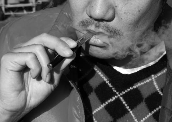 """若者に大流行 「電子タバコ」で吸える""""麻薬リキッド""""の恐怖②iPhoneで大麻吸引!?"""