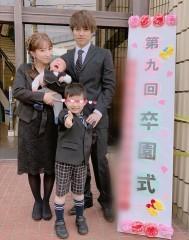 辻希美、次男の卒園式に夫婦で出席 「服装がお葬式みたい」「赤ちゃんは預けたら」ツッコミ殺到