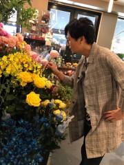 """稲垣吾郎、初めて""""100均""""へ 花のセンスがプロに絶賛され才能開花?"""