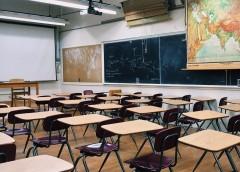 寝ている生徒に消火器を噴射、マリフアナを吸いながらテストを採点…とんでもない教師たち