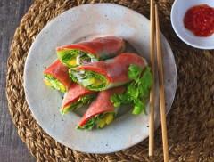 生野菜がモリモリ食べられる!「スモークサーモンの生春巻き」