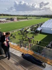 競馬芸人、フランス凱旋門賞の会場での写真が物議 「フランスで日本の品格下げないで」苦言集まる