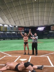 巨人対オリックス前日、ドーム初の路上プロレスで、高木三四郎と鈴木みのるが大暴れ!