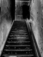 刑務所の非常階段に2日半も閉じ込められた女性、無事救出も「なぜ?」女性の行動を疑問視する声続々