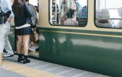 """26歳中学教諭、女子高生のスカートをめくり懲戒免職処分 その行動に""""キモすぎる""""の声"""