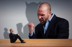 女性の顔に殺虫剤、男性にヘッドロック 「明石市元部長」の異常行為に怒りの声