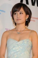 AKB48 前田敦子が胸もとの開いたセクシーな衣装で登場