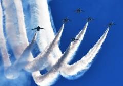 入間航空祭が開催、アクロバット飛行に大歓声
