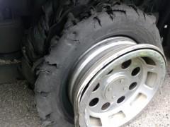 """あおり運転より恐ろしい""""整備不良""""が原因でブッ飛んでくる大型タイヤ"""