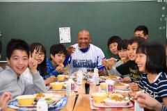 【DeNA】誰も頼まない「ハマ弁」に強力助っ人!青星寮カレーが横浜市立中学校に登場!