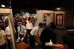 厳戒態勢で行われたAKB48劇場公演