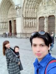 """アレク夫妻、1歳の息子とパリのディズニーランドへ """"オシャレや体裁だけ気にしすぎ""""と批判の声"""