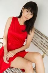 溝口恵 赤いドレス、水着、ニットシャツなどセクシーグラビア掲載