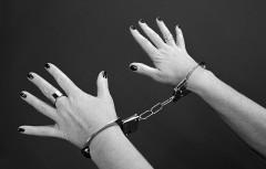 麻薬所持で逮捕された37歳母親、21歳の娘になりすまし罪を逃れようとし「娘が不憫」と大炎上