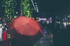 """「傘が目に当たった」と現金をだまし取ろうとした男の苦しい言い訳 ネットでは""""傘の持ち方""""が話題に"""