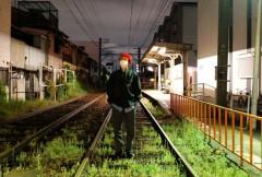 """大阪観光中の韓国人アイドル、真夜中の線路に立ち入り写真を投稿? """"鉄道営業法違反では""""と物議に"""