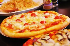 """""""箸でピザ""""炎上のドルガバ事件、日本では「普通に食う」の声や画像投稿も"""