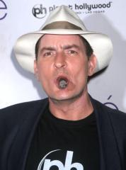 チャーリー・シーン、ポルノ女優が「堕した子はチャーリーのかもしれ