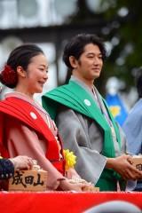 成田山の節分会に2横綱、「西郷どん」出演者が豆まき