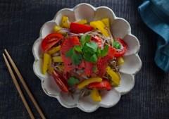 彩り鮮やか! ビタミンB群を豊富に含む「サーモン」のサラダそば