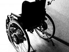 SNSで有名になった車いすの男、障害者年金を12年間「不正受給」 体を張った偽装工作に驚きの声