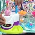 """現代風に風船が進化!! おもちゃショーで今夏発売する""""ぴたっとくっつく""""新感覚ぷにぷに風船「ウーニーズ」ブースが大盛況"""