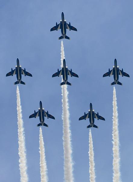 「海フェスタにいがた」でブルーインパルスが展示飛行を披露