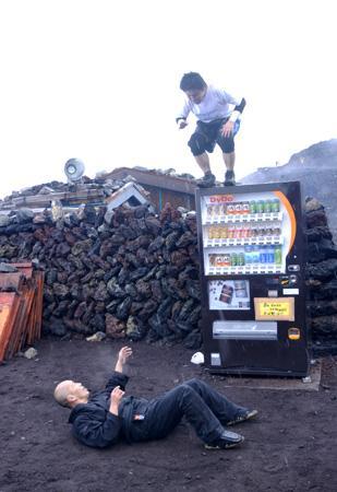 地下プロレスによる「富士山頂プロレス」ふたたび! 雷雨とヒョウの中試合強行で大荒れ!!