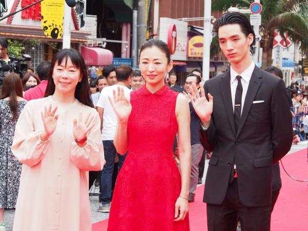 スター揃いのレッドカーペットで、一番人気はユーチューバー? 沖縄国際映画祭、受賞作決定!